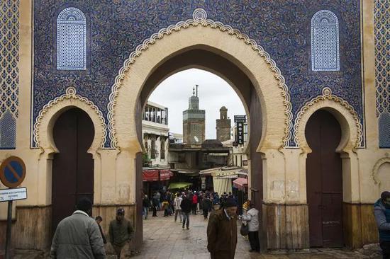 ㉟菲斯老城围绕着褐色的城墙,城内有超过两百座清真寺和各种传统手工艺。