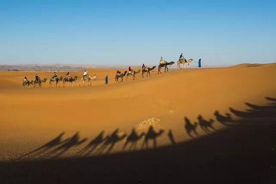 ㊳一般进沙漠都会选择傍晚太阳快落山的时候,或是清晨太阳要升起的时候。