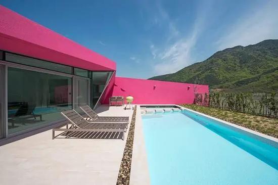 不规则形状的用地使得泳池与户外空间的布局形态多样。