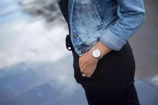 简洁款式的手表才更男孩气