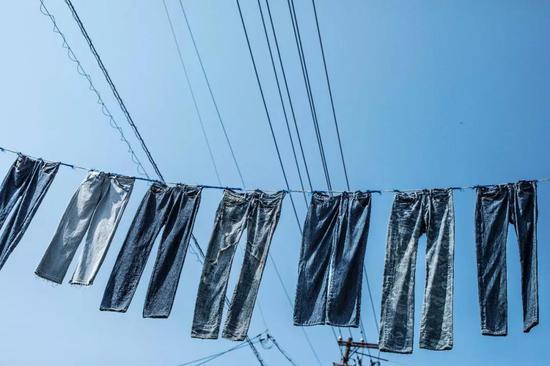 ■悬挂在空中的牛仔裤是儿岛牛仔裤街最具特色的风景。
