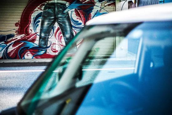 ■打烊后,每一家店铺的门帘组成了牛仔文化涂鸦的博物馆。