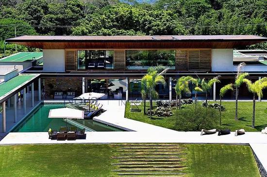 内马尔位于巴西的豪宅,泳池、网球场、健身房一应俱全,据说还有防空洞。