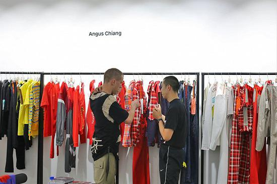 Angus Chiang(右)在Tube showroom 来源:Tube showroom