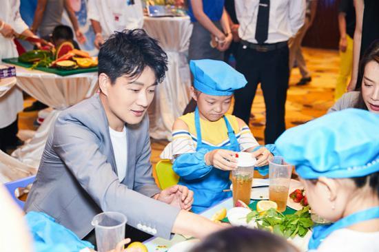 演员佟大为同孩子们一起制作特色养生水果茶