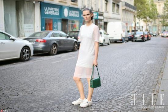 纯白长裙 一条拯救怕晒怕黑的夏日衣荒