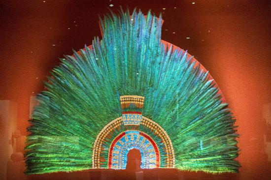 Moctezuma II的羽毛头饰复制品