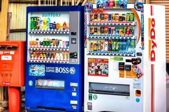 日本街头冷热两用的自动贩卖机,红色标签代表热饮,蓝色标签代表冷饮
