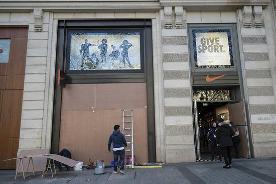 Nike店铺外钉上了木板 图片来源:法新社