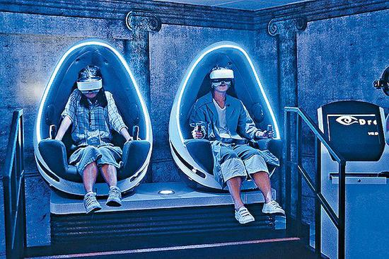 """香港海洋公园新推出的虚拟实境鬼屋""""VR尸间潜行""""。图片来源:视觉中国"""