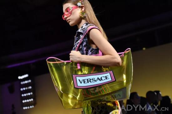 谁能抢到有利的砝码成为各巨头的制胜关键,Michael Kors集团去年9月宣布21亿美元收购Versace