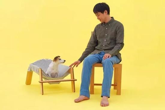铃野浩一和秃真哉设计的狗狗吊床