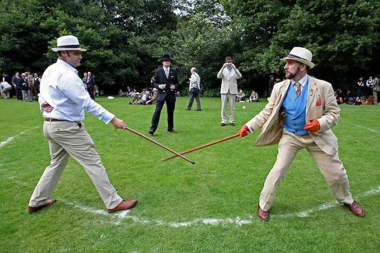 绅士淑女们,雨伞与手杖的激烈碰撞。