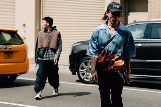 搭配business casual长裤更要注意腰部简洁熨贴。