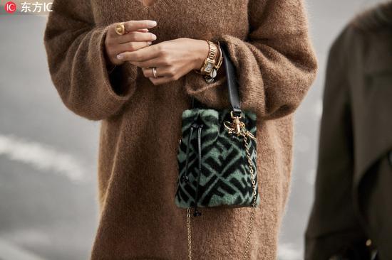 平时不管是搭配西装外套、大衣还是街头一点的夹克都特别时髦~