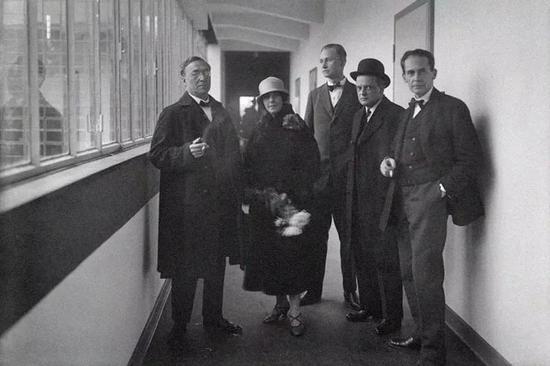 ▲从左往右:康定斯基夫妇、乔治·莫奇、保罗·克利、格罗皮乌斯