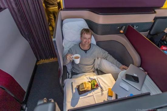 ▲商务舱款TheWhiteCompany睡衣及新版商务舱QSuite。