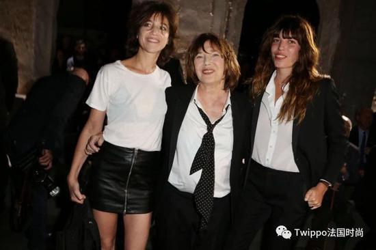 Lou Doillon与母亲(左)和姐姐(中)