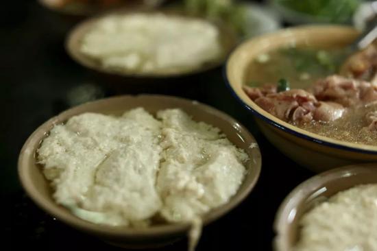 左手烧烤右手火锅 重庆有着5472.68k�O的美食