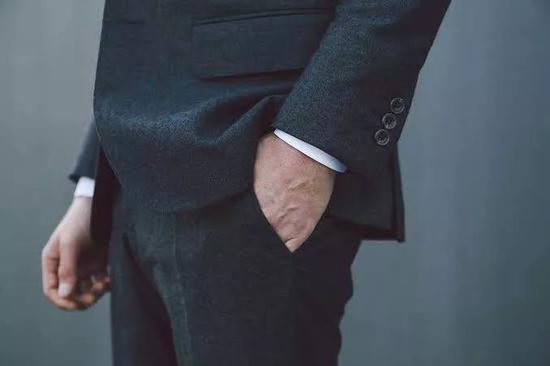 隐藏在背面的袖扣