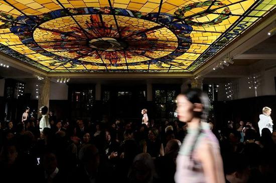 Prada荣宅举办的2018早春时装秀 图片来源:w magazine