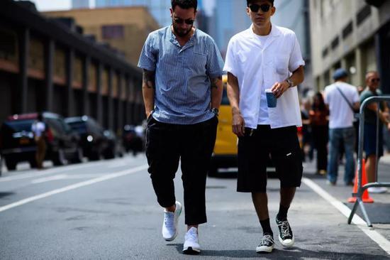 ▲ 即便是老爹「同款」白色短袖衬衫,Eugene Tong亦穿出了不一样的感觉