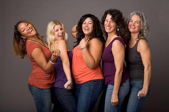 Connie Sobczak(右一)创建了身体自信组织(The Body Positivity) 图片来源:BodyPositiveGroup