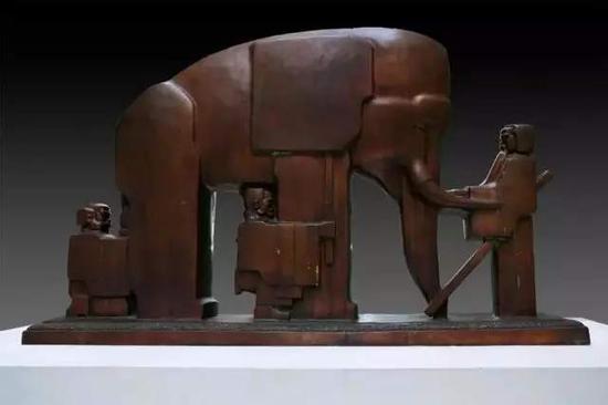 ▲《盲人摸象》铜 89cm×151cm×33cm 1978年