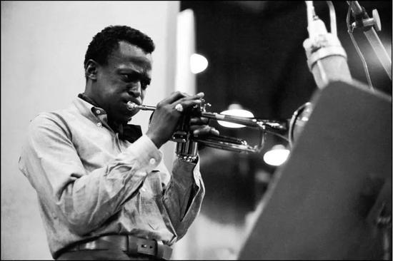 在这张著名的吹号图上,Miles Davis即穿着popover