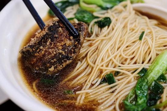 另一种吃法,是用脆鳝稍蘸一点面汤,韧甜的像麻糖,又多了生抽的酱鲜。