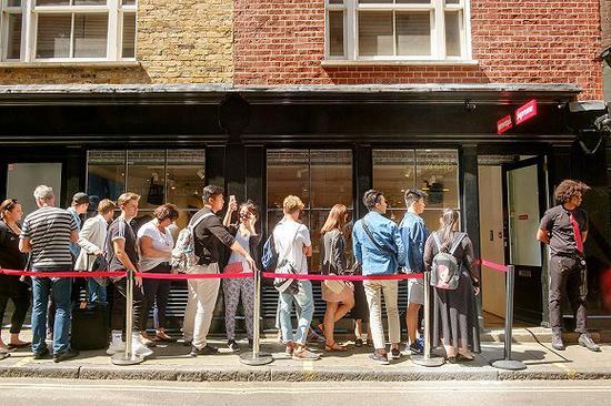 Supreme英国门店外排队的消费者 图片来源:英国版《GQ》