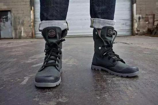 五月天阿信是这个牌子的忠粉,专门合作了联名款战靴。