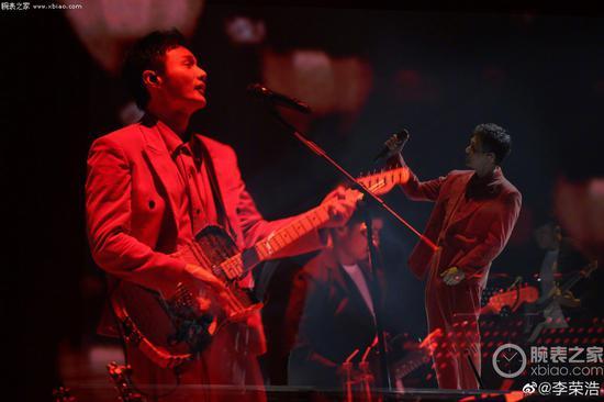 李荣浩在最近的演唱会上