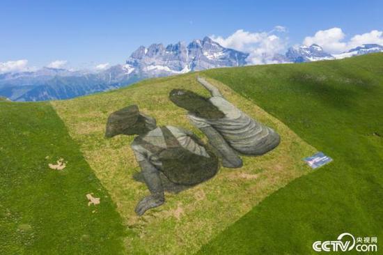 瑞士艺术家山脊作画