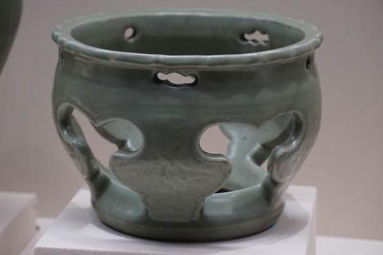 明代 龙泉窑青釉镂空器座