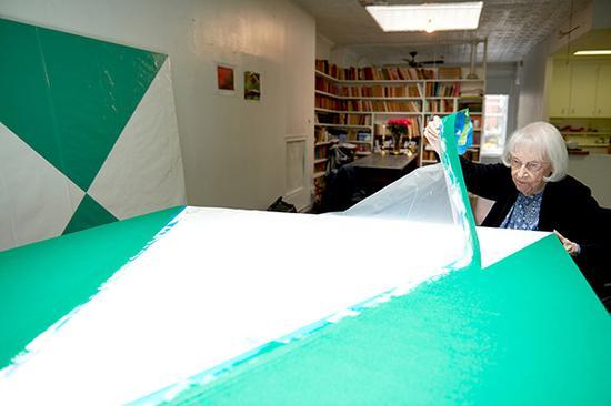 赫雷拉在撕胶带,这是她创作中的重要工具,摄于2015年,里森画廊