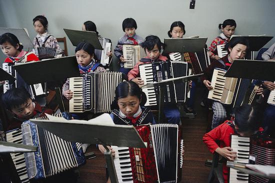 《上海少年宫手风琴班》,上海,摄影,艺术微喷,1980,75×110cm