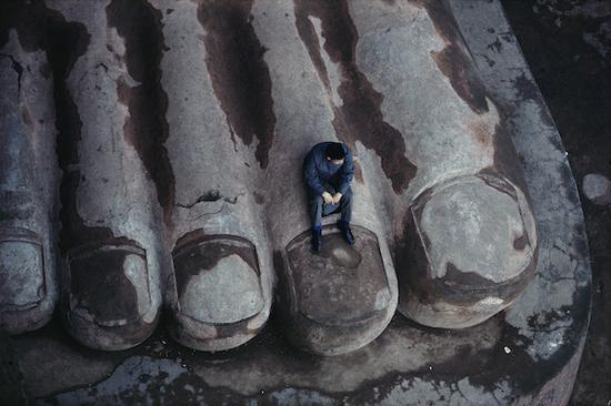 《坐在乐山大佛的脚趾上》,乐山,摄影,艺术微喷,1980,100×150cm