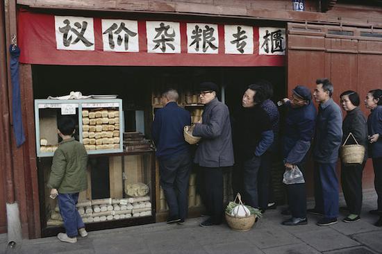 《在议价杂粮店排队》,上海,摄影,艺术微喷,1980,75×110cm