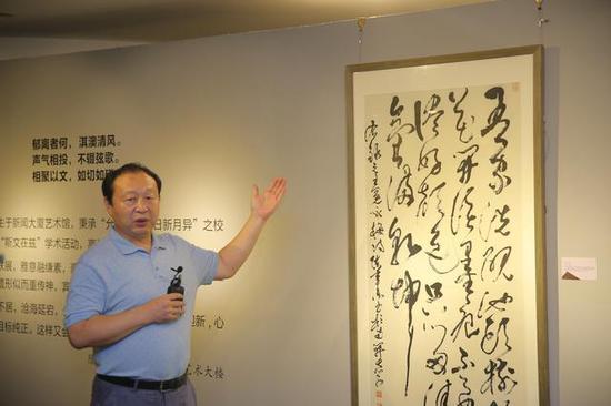 南开大学东方艺术系教授陈聿东为嘉宾导览