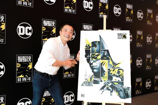 """吉姆·李和他創作的""""蝙蝠俠""""作品。"""