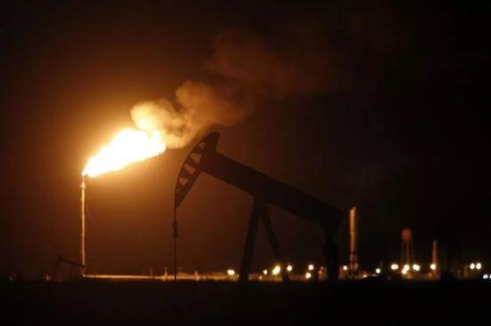 ▲沙漠里的油田,火光就像灯塔,给人力量