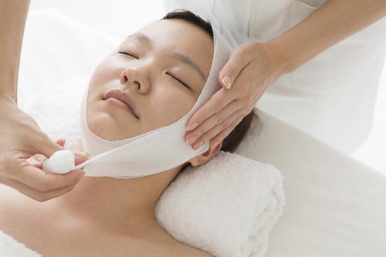 正在接受医美服务的消费者 | 图片来源:Shutterstock