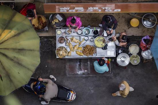 """▲湛江街头的摊子,随处可见""""流动""""的美食。图/视觉中国"""