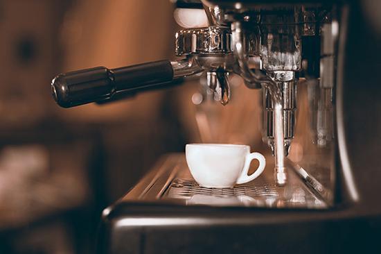 制作浓缩咖啡要用可以高温萃取的咖啡机