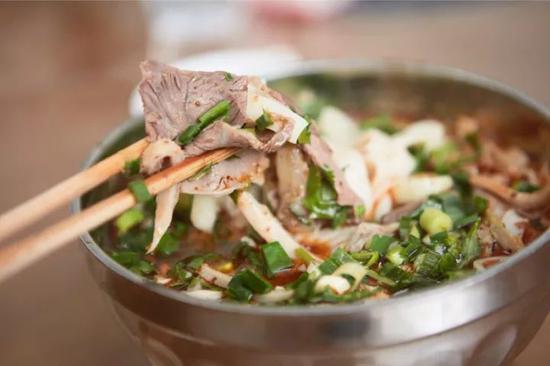 ▲吃一碗羊肉粉,整个冬天都不冷。摄影 / 朱锐