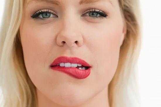 30秒知识点 舔嘴巴真的会舔出唇炎吗?