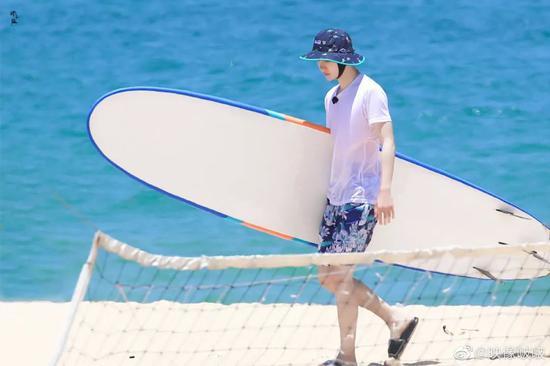 暑期度假怎么穿出《夏日冲浪店》的Style
