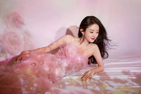迪丽热巴直播穿的粉色Look太绝了 这是凡人能穿的同款?