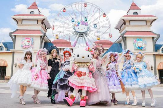 破次元跨界 超豪华Lolita走秀燃炸Hello Kitty乐园